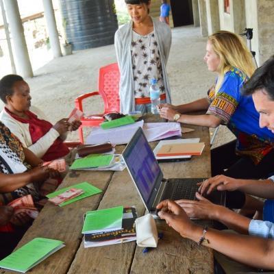 Pasantes de microfinanzas en Tanzania asesorando emprendedoras.